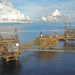 Precios del petróleo bajan hasta 3% después de tocar sus máximos en un año