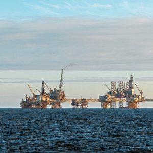 Petróleo cierra con caída de más de un dólar y retrocede desde máximos